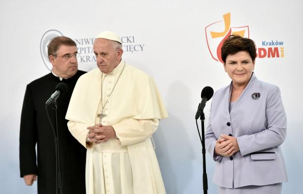Premier Beata Szydło i papież Franciszek podczas wizyty w Uniwersyteckim Szpitalu Dziecięcym w Krakowie Prokocimiu.