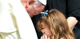 Papież pobłogosławił oczy dziewczynki. To co stało się potem to cud!