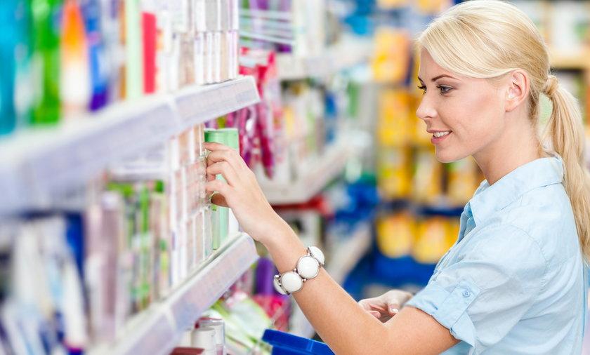 Kobieta robi zakupy w sklepie