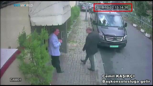 Džamal Kašogi ulazi u saudijski konzulat u Turskoj