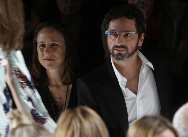 Posle šest godina braka, Sergej Brin i En Vojčicki su se razveli. Brin na slici nosi Gugl naočare, a sada je, navodno, u romantičnoj vezi sa 26-godišnjakinjom koja je marketing menadžer upravo za taj proizvod