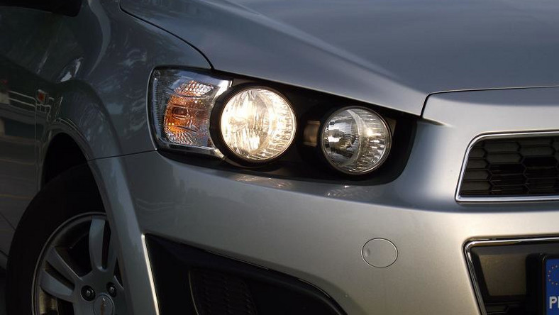 Na polskim rynku najbardziej zyskują marki mające dobrą ofertę dla Kowalskiego ze szczuplejszym portfelem. Kto i czym bije się o kieszeń Polaka? Od jakiegoś czasu Chevrolet mocniej boksuje rywali. Dlatego sprawdziliśmy co potrafi najlepiej sprzedający się model tego producenta - przy tablicy aveo w wersji sedan…