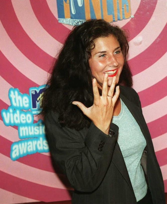 Monika pokazuje verenički prsten