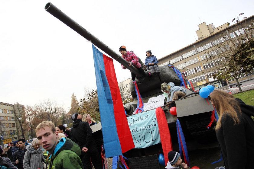 Pikieta mieszkańców w obronie czołgu