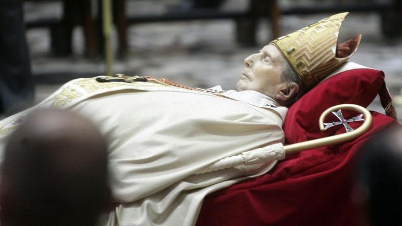 Na pogrzeb nie przyjedzie papież Benedykt XVI. Kardynał był cenionym intelektualistą Kościoła, zwolennikiem reform.Watykan ogłosił, że reprezentantem Benedykta XVI na uroczystościach będzie archiprezbiter bazyliki świętego Piotra kardynał Angelo Comastri, który odczyta nad trumną papieskie przesłanie
