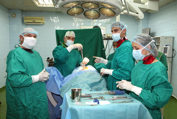 Operacija se radi uz pomoć mikroskopa, tako da je vrlo precizna