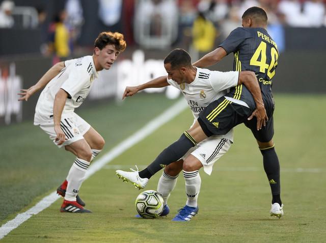 Mateus Pareira pokušava da uzme loptu Lukasu Vaskezu dok Odriozola (levo) prati duel