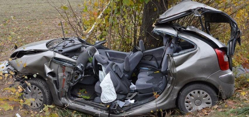 Samochód roztrzaskał się na drzewie. Autem jechała matka z dwójką dzieci. Przerażające zdjęcia