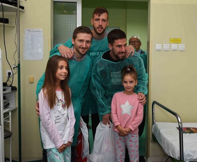 Fudbaleri Crvene zvezde sa mališanima u Tiršovoj