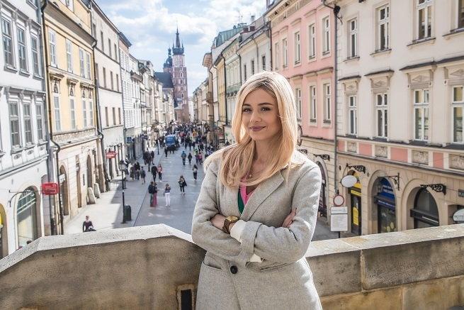 "Adriana Kalska în serie ""frunze norocoase"""