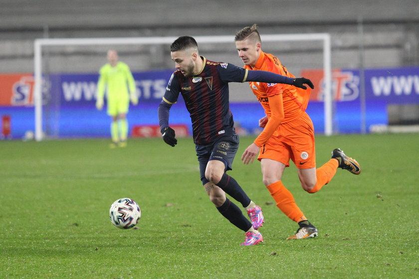 Sebastian Kowalczyk, wychowanek Salosu Szczecin, należy do kluczowych zawodników Portowców, którzy obecnie zajmują trzecie miejsce w ekstraklasie.