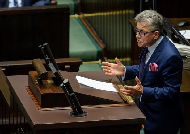 Piotrowicz przez blisko 40 minut, szczegółowo przedstawiał w piątek posłom założenie projektu ustawy o organizacji i trybie postępowania przed TK