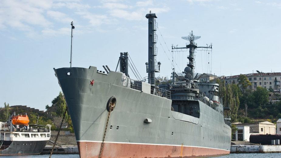 Rosyjski okręt w pobliżu portu Floty Czarnomorskiej w Sewastopolu