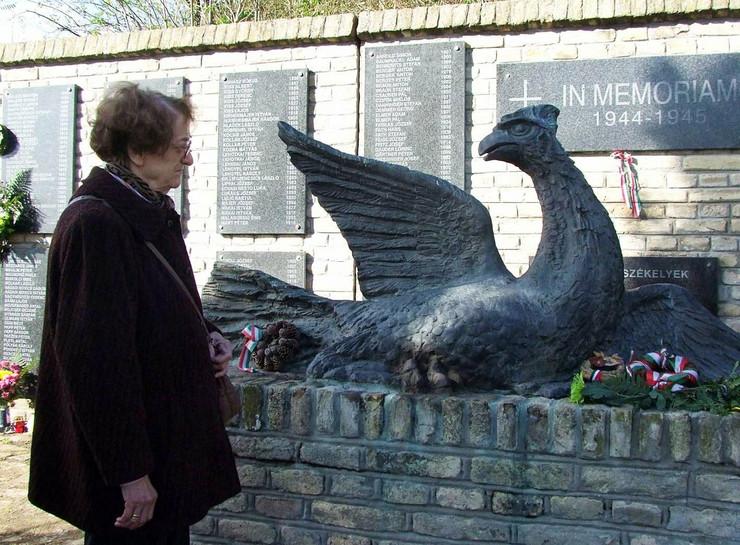 285620_subotica001-andjelka-grubesic-kod-spomenika-ptica-slomljenih-krila