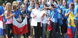 Premier Szydło sadzi drzewa z pielgrzymami