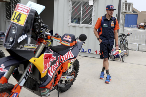 Sem Sanderlend pokraj svog motocikla