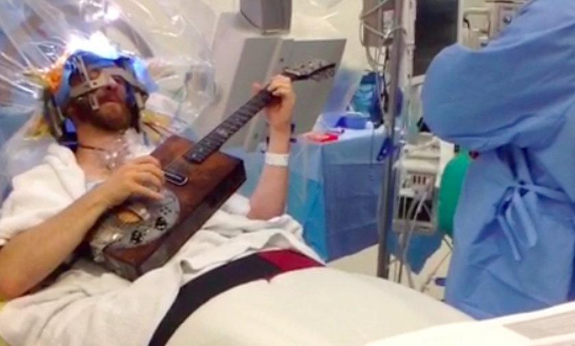 Grał na gitarze, gdy był operowany