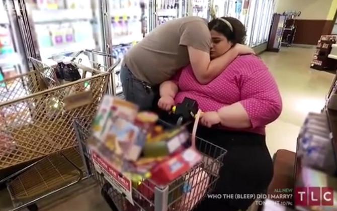 Amber i dečko u kupovini