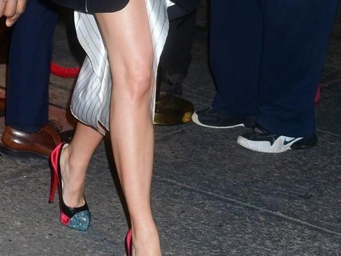 """Glumica sinoć se pojavila u haljini od 2.000 evra zbog koje su joj svi GLEDALI U NOGE: Ovo se zove """"modno PRELAŽENJE IGRICE"""""""