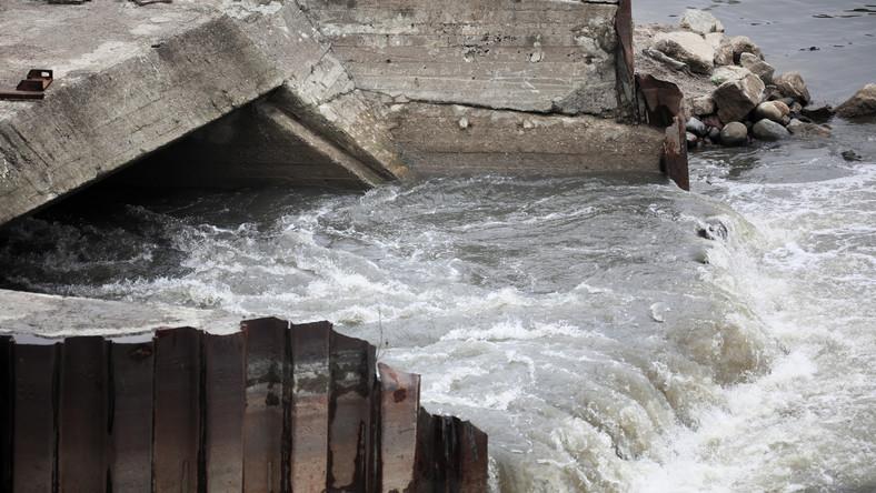 Nieczystości spływające bezpośrednio do Wisły na wysokości ul. Farysa na warszawskich Bielanach