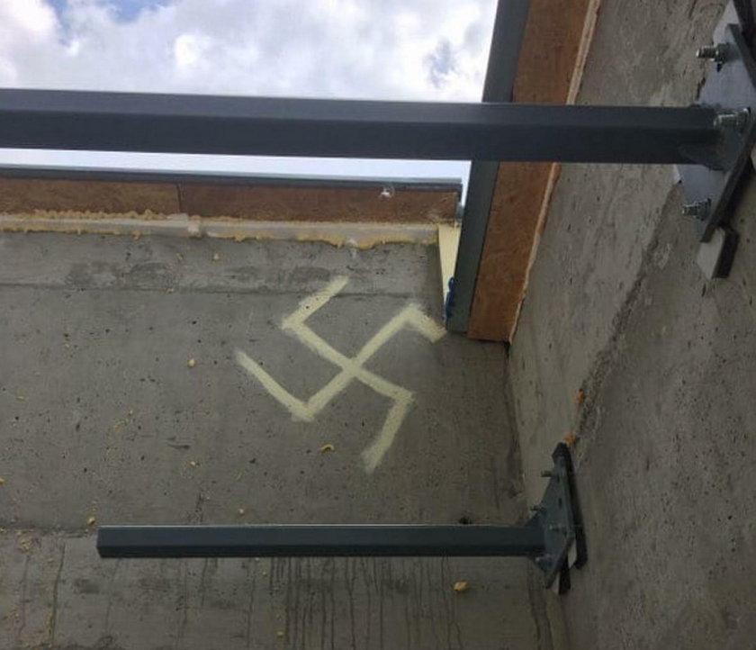Na warszawskim bloku pojawiła się... swastyka