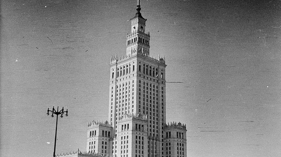 Pałac Kultury i Nauki w Warszawie w 1960 roku - Romák Éva./lic.CC BY-SA 3.0