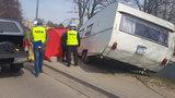 Tragedia w Czersku. Przyczepa kempingowa odczepiła się od auta i uderzyła w pieszą. Dramat rozegrał się niemal pod jej domem...