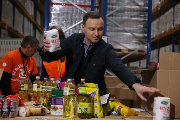 Prezydent Andrzej Duda podczas wizyty w Banku Żywności SOS w Regułach