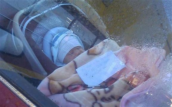 Prolaznici su u parkiranom automobilu videli bebu kako spava, a na ćebencetu je bila poruka majke koja je otišla u šoping