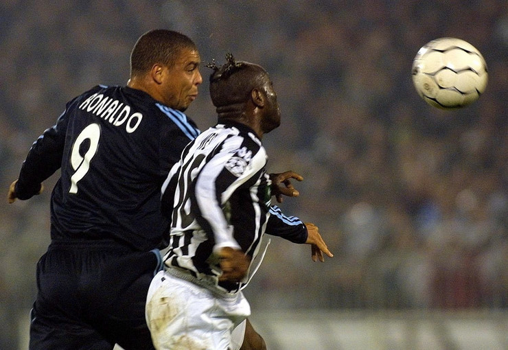 Taribo Vest u duelu sa Ronaldom na utakmici Lige šampiona Partizan - Real Madrid