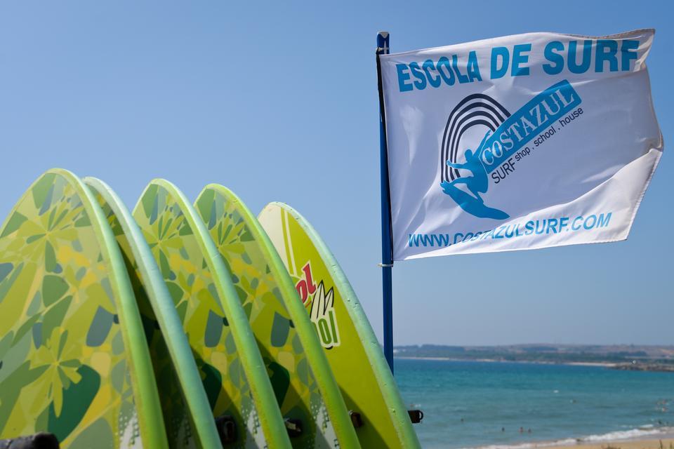 Costazul Surf Alentejo - szkoła surferska na wybrzeżu posiadajacym znakomite warunki do uprawiania tego sportu.