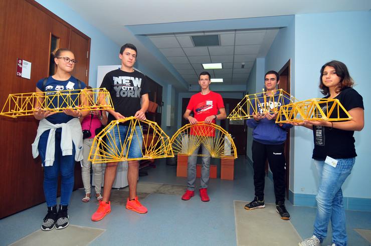 Novi Sad 24 takmicenje srednjoskolaca pravljenje mostova od spageta FTN foto Robert Getel
