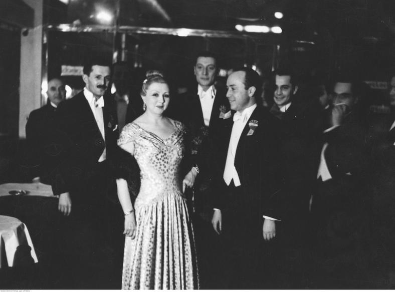 Mieczysława Ćwiklińska na balu, lata 30.