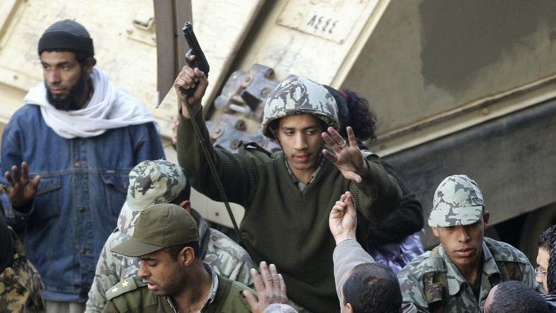 Demonstranci na egipskiej ulicy, fot. PAP/EPA.