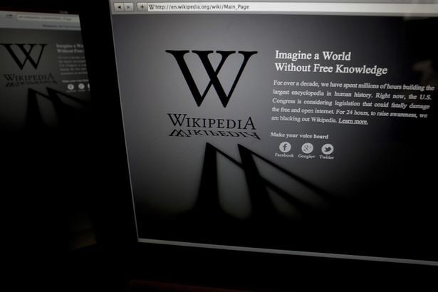 """Wyobraź sobie świat bez wiedzy za darmo (""""Free"""" w języku angielskim oznacza zarówno """"darmowe"""" jak i """"wolne"""" - przyp. red.) - głosi napis na stronie głównej anglojęzycznej Wikipedii 18 stycznia 2012 roku."""