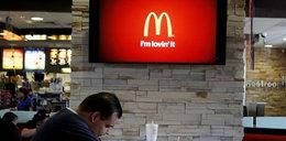 Pracownik McDonalda pluł do napojów! Odpowie za to!