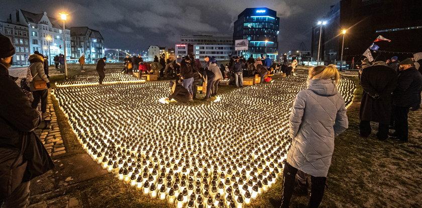 Serca ze zniczy. Mieszkańcy Gdańska i Krakowa tak uczcili rocznicę śmierci Pawła Adamowicza