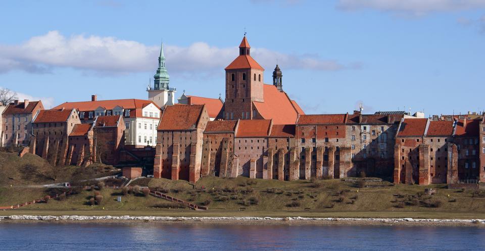 Grudziądz - zespół zabytkowych spichlerzy wraz z panoramą od strony Wisły. Na zdjęciu: Spichrze widziane z lewego brzegu Wisły