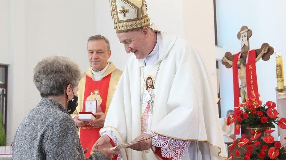 Biskup Andrzej Jeż wręczył medale Misericors