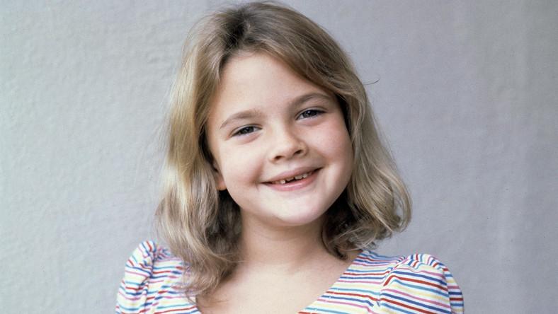 """Megagwiazdą stała się jako 7-latka dzięki """"E.T."""". Sława okazała sięjej przekleństwem –Drew w wieku dziewięciu lat upiła się po raz pierwszy, a mając lat trzynaście wylądowała na odwyku jako narkomanka. Na szczęście do pionu postawił ją ojciec chrzestny Steven Spielberg."""