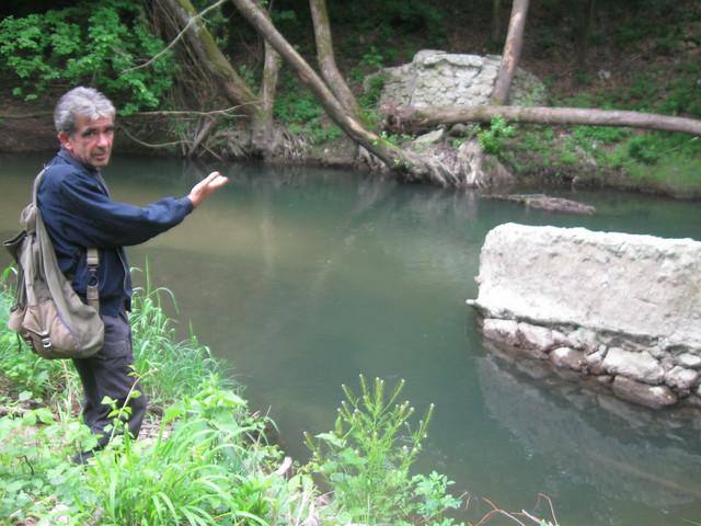 Mile Vasić pokazuje mesto gde je bio most preko reke