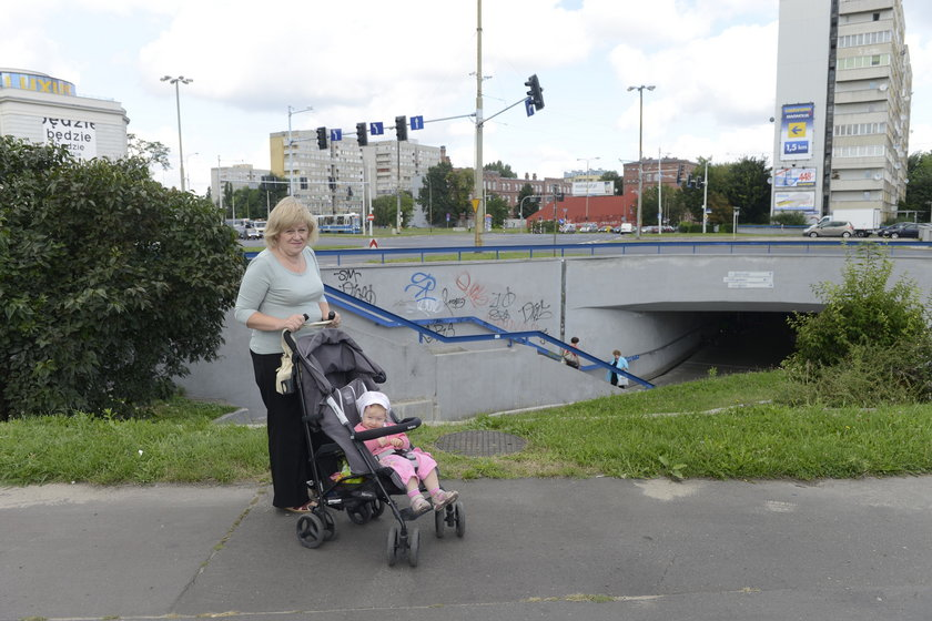 Alina Janicka (62 l.), która często spaceruje tutaj z wnuczką Natalią (1,5 l.)