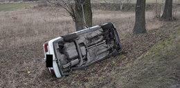 Auto wbiło się dachem w drzewo. 15-latka i jej tata w szpitalu