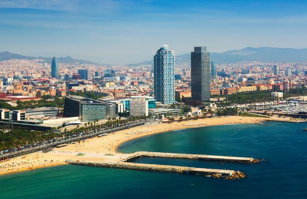 Plaże Barcelońskie plaże należą do najlepszy plaż miejskich na świecie. Jest ich w sumie 9. Najbardziej znaną jest 400-metrowa Barceloneta (w języku katalońskim - platja de la Barceloneta; dogodny dojazd 4 linią metra - stacja Barceloneta lub Ciutadella). Pozostałe to: Bogatell (platja del Bogatell; dzielnica Sant Martí; dogodny dojazd 4 linią metra - stacja Poblenou lub Llacuna), Sant Sebastià (platja de Sant Sebastià; położona tuż obok Barcelonety), 500-metrowa Somorrostro (platja del Somorrostro), Mar Bella (platja de la Mar Bella; w dzielnicy Sant Martí; dojazd 4 linią metra - stacja Selva de Mar), Sant Miquel (platja de Sant Miquel; usytuowana jest między plażami Sant Sebastià i Barceloneta), Nova Mar Bella (platja de la Nova Mar Bella; dojazd 4 linią metra - stacja Selva de Mar lub el Maresme - Fòrum), Nova Icària (platja de la Nova Icària; dojazd 4 linią metra - stacja Ciutadella lub Bogatell) oraz Llevant (platja de Llevant; dojazd 4 linią metra - stacja Selva de Mar).