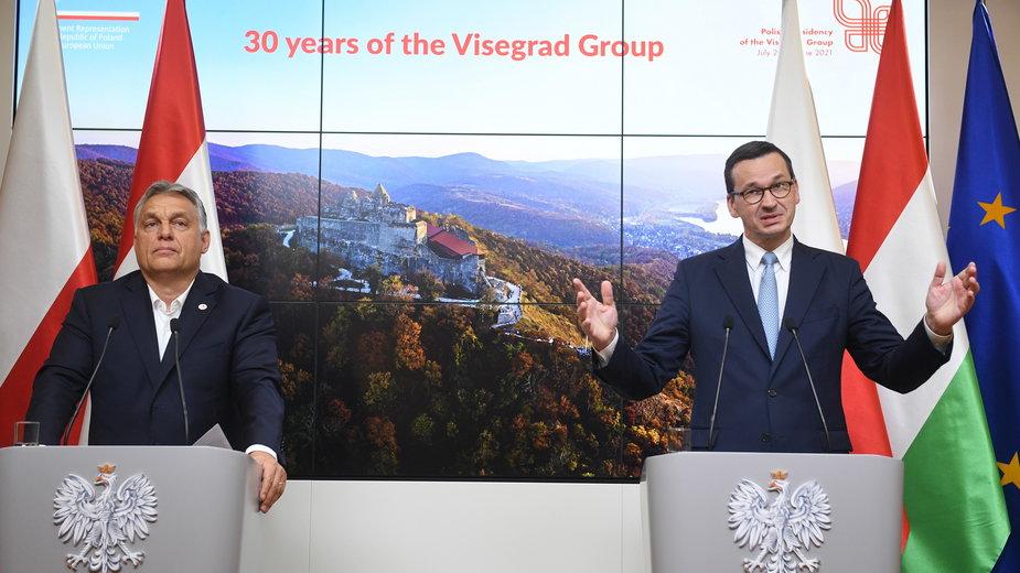 Viktor Orban i Mateusz Morawiecki podczas konferencji. Bruksela, 21.7.2020 r.
