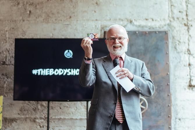 Ambasador Velike Britanije u Srbiji, NJE Denis Keefe, pokazuje svoju The Body Shop lojalti karticu