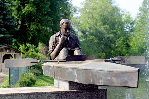 Pomnik Karola Wojtyły w Zbąszyniu nad rz. Obrą przypominający jego postój podczas spływu w 1960 r.