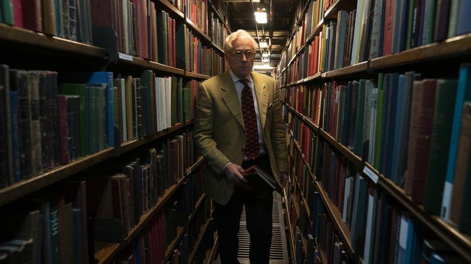 "Hugh Grant jako Tennyson Foss w filmie ""Giń, 2020"""