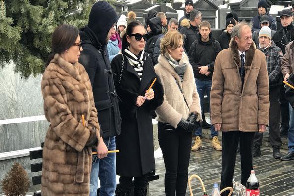 18 GODINA OD TRAGEDIJE: Ceca, Anastasija i Veljko na pomenu Željku Ražnatoviću Arkanu, a evo ko je još došao sa njima! (VIDEO)