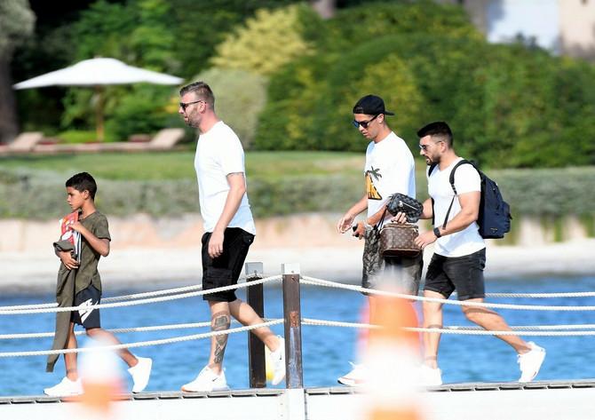 Ronaldo sa sinom Kristijanom Junioorm Ronaldom i prijateljima